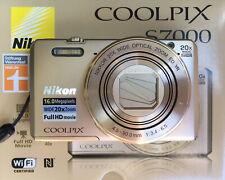 Nikon COOLPIX S7000 16.0 MP Digitalkamera + 16GB + Etui - Gold
