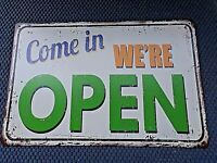 Plaque vintage en tôle lithographiée-COME IN WE'RE OPEN-déco maison