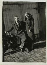 PHOTO ANCIENNE - VINTAGE SNAPSHOT - MOTO MOTOCYCLETTE COUPLE MODE - MOTORBIKE