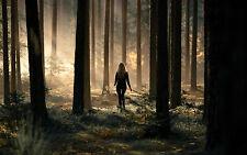 Lámina-Mujer Caminando solo a través de los bosques (Forest imagen de arte cartel)