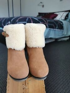 UGG WEDGE BOOTS - SIZE 4/6