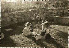 PHOTO ANCIENNE - VINTAGE SNAPSHOT - ENFANT JARDIN POUPÉE POUPON JOUET - DOLL TOY