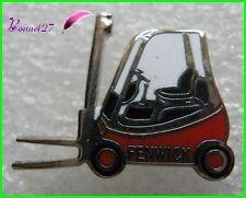 Pin's Chariot Elevateur un FENWICK Couleur Rouge #1229