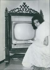 Allemagne, Starlette du cinéma allemand avec un téléviseur fait sur mesure, 1963
