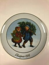 """Avon First Edition 1981 Christmas Plate """"Sharing the Christmas Spirit"""" Mint Cond"""