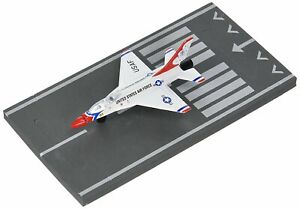 Daron Runway24 Diecast Metal Toy with Runway Section - F-16 Thunderbird