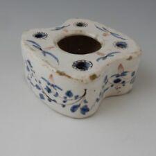 Tin Glazed encrier dans les tons de bleu et de manganèse.