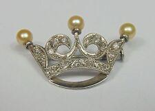 Piccola spilla in oro bianco, con perle e piccole rosette. anni '20/30