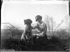 J. femme assise avec chien talus négatif photo verre photo - an. 1910 1920