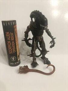 """Kenner 1992 """"Aliens"""" Scorpion Alien with Face Hugger and Comic - 5 inches Tall"""