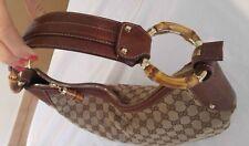 Gucci borsa a spalla mezza luna monogram Hobo con anelli di bamboo nel  manico 3deaf8f3b537