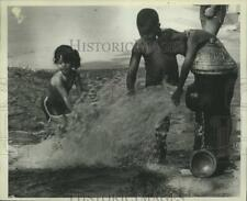 1983 Press Photo Kids Playing in Fire Hydrant Water in New Dorp, Staten Island