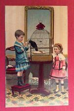 CPA. Deux Petites Filles. Cage. Oiseau. Le Favori. Glace. Mode. Lit de Poupée.