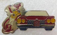Pin's La Panthere Rose a coté d'une voiture Rose #A6