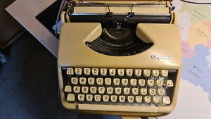 Olympia Reiseschreibmaschine im Koffer
