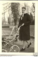 Portrait femme avec landau promenade parc  - Photo ancienne an. 1960