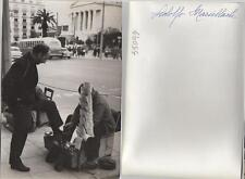 Adolfo Marsillach. Fotografía de la artista de cine, en la calle con Limpiabota