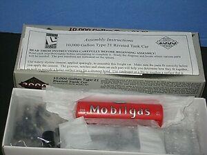 P2K HO Mobil Gas, SVX 10,000 Gallon Type 21. Riveted tank car kit. Plastic C-10