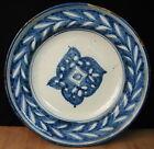 Plat en céramique à décor de feuillages en camaïeu bleu