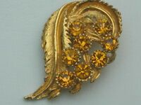 STUNNING VINTAGE STYLISED LEAF DESIGN BROOCH SET WITH LARGE ORANGE DIAMANTE