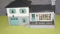 PLASTICVILLE u.s.a. HO SCALE TRAIN BUILDING TRI LEVEL HOUSE WHITE GRAY BLUE