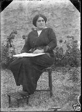 Ancien négatif photo verre plaque 6,5x9 Portrait femme assise avec livre