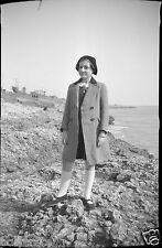 Ancien négatif photo portrait jeune femme  paysage maritime