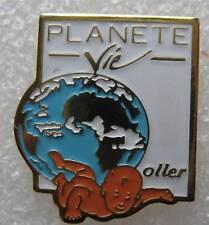 Pin's Planéte vie Oller avec un bébé qui nage #44