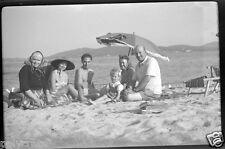 Ancien négatif photo souple Portrait de famille à la plage  Côte d'Azur - An. 50