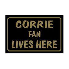 Corrie FAN Lives Here 160x105mm plastica segno Adesivo CASA calcio