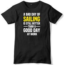 Mal día de vela todavía es mejor que un buen día en el trabajo para hombres Camiseta