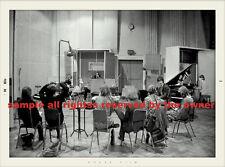 THE BEATLES PHOTO   SET OF 2 RARE STUDIO PHOTOS FROM WHITE ALBUM SESS  1ST TIME