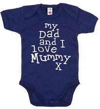 "drôle Body Bébé "" My Dad & I Love Mummy "" Dors-bien anniversaire NOËL CADEAU"