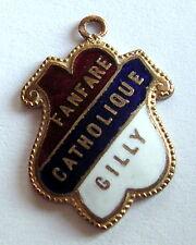 """Ancien insigne plaque émaillée """" FANFARE CATHOLIQUE GILLY  """", 24 x 17 mm."""