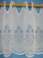 Scheibengardine hellblau bestickt auf Batist