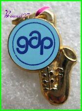 Pin's Instrument de Musique Saxophone dorée GAP made in France #824
