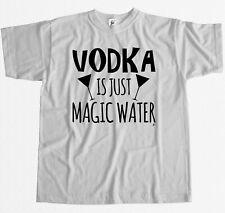 VODKA è solo acqua magica da Uomo T-shirt