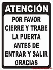 Spanish Sign: ATENCIÓN Por Favor Cierre la Puerta Antes de Entrar y Salir.