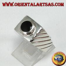 Anello in argento 925‰  con onice tonda sopraelevata su base quadrata