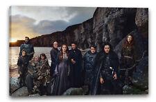 Lein-Wand-Bild: Game of Thrones Darsteller vor Meeres- und Bergkulisse