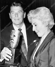 8b20-15541 Ronald Reagan Barbara Stanwyck candid shot 8b20-15541 8b20-15541
