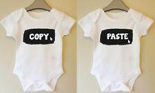 Copiare e incollare TWINS BABY BODY crescere Suit CANOTTA TWIN FUNNY GIRL BOY IDEA REGALO
