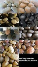 Piedras pulidas Río y grandes características de agua jardín japonés de varios colores