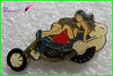 Pin's Une Pin'up et un Homme sur une Moto Cycle #G2