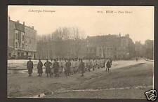 RIOM (63) ALLIGNEMENT de MILITAIRES Place DESAIX en1917