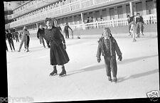Ancien négatif photo hiver portrait famille Patinage patins à glace patinoire