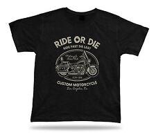 Cavalca o muori, cavalca velocemente l'ultimo un moderno motociclista