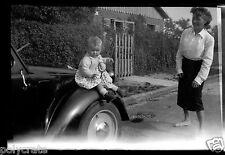 Ancien négatif photo hiver portrait Femme enfant assis aile voiture ancienne