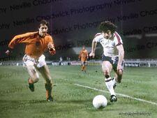 Inglaterra v Holland - 9th de febrero de 1977-Kevin Keegan y Johan Cruyff