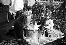 Le Bain du Chien dans la Lessiveuse - Photo ancienne repro -  deb. XXe